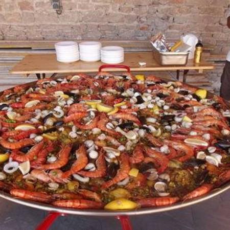 Paella géante® à domicile devant vos invités