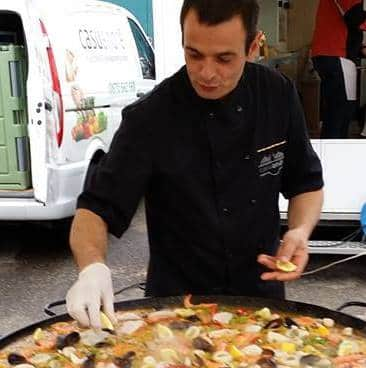 Épatez vos amis avec un spécialiste de la paella à domicile qui prépare votre paella géante sous leurs yeux directement chez vous !